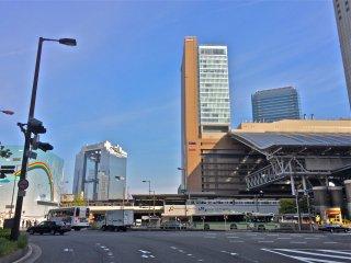 O Umeda Sky Building ao fundo fica apenas a 7 minutos a pé da estação da JR de Osaka (à direita). Não se esqueça de usar a passagem subterrânea situada do outro lado da rua do edifício sul.