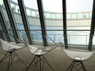 No 39º andar fica a bilheteira do Observatório do Jardim Flutuante e algumas cadeiras onde se pode sentar a apreciar a impressionante arquitetura.