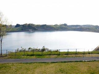 전망대 맞은편, 축제지역 바로 바깥쪽으로는 산책길로 둘러쌓인 큰 저류 연못이 있어요.