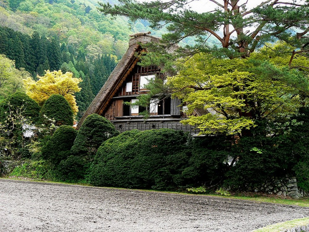 Satu rumah atap jerami terbesar, dengan dua lantai dan loteng tambahan.