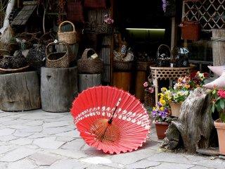 ลมของฤดูใบไม้ผลิกำลังพัดพาร่มจากร้านขายของที่ระลึก