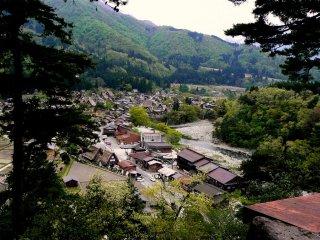 วิวเหนือเมืองชิระคะวะโกะ (Shirakawago)