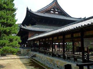 Le bâtiment du temple est relié au corridor extérieur couvert