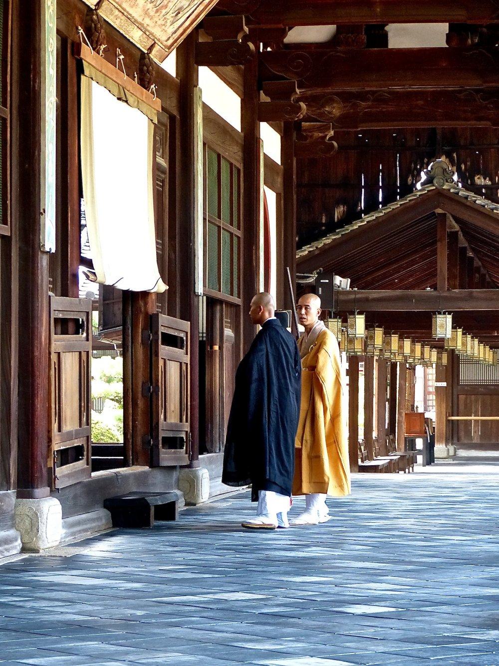 De jeunes moines