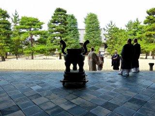 Prêtres sur le pavement en forme de losange