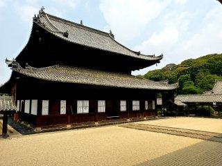 Beaucoup d'espaces ouverts entre les bâtiments du temple