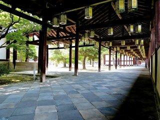 Planchers des corridors couverts de pierres grises en forme de losange