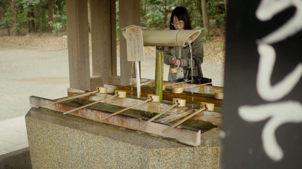 Eaux claires utilisées pour purifier les mains des fidèles avant d'entrer dans le sanctuaire