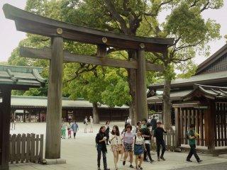 La lourde porte en bois menant au sanctuaire