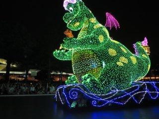 "Электрический парад в Токийском Диснейленде: ""Пит и Дракон"""