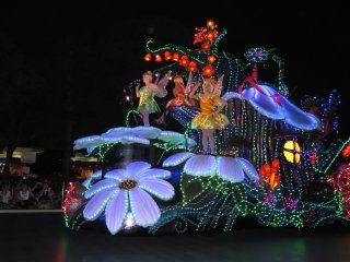 """Электрический парад в Токийском Диснейленде: Тинкербэлл и феи из мультика """"Питер Пэн"""""""