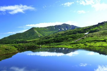 홋카이도의 아사히 산과 푸른 호수