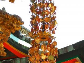 孝養門の装飾金物 煌めく様が豪華さを増す