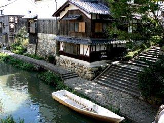 Un bateau amarré sous les marches