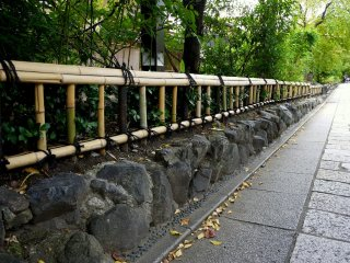 A small bamboo rail fence along Minami-Shirakawa Street