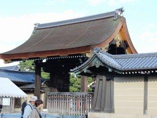 القصر الإمبراطوري في كيوتو مفتوح للجمهور مرتين في سنة في هذة الأيام يتم دخول الزائرين من بوابة جيشومون.