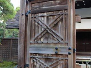 الأبواب الخشبية سميكة جداً