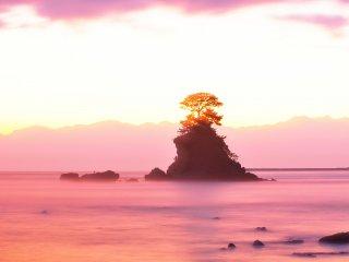 Vue de la plage d'Amaharashi à Himi, dans la préfecture de Toyama. Le rocher Yoshitsune forme l'ïlot que l'on voit au centre, avec la magnifique chaîne de montagnes Tateyama à l'arrière plan