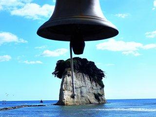 """La """"Cloche des rencontres"""" sur l'île de Gunkanjima (l'Ile du cuirassé ) à Mitsujke-jaya. A marée basse, on peut marcher jusqu'à l'île."""