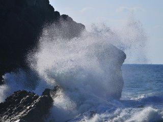 Sur une plage de Wajima, la mer calme changea soudain de visage et se fit violente