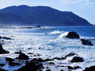 Un vent fort soufflait et l'écume blanche des vagues venait s'écraser contre les rochers. C'est le genre de scène que tout le monde espère voir dans la Mer du Japon