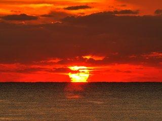 En disant au revoir au soleil qui se couche à l'horizon, je me demande quand est-ce que je pourrais revenir ici?