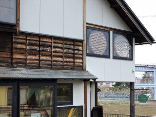 2階の窓には竹製のザルが飾られている