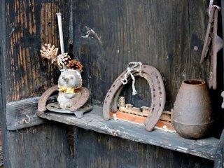 店の前に飾られた古民具の数々
