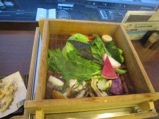 京野菜のバーニャカウダ。テーブル上で木の蒸籠(せいろ)蒸しで供してくれる