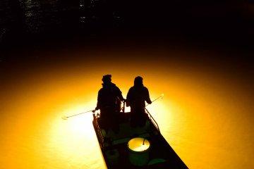 街中の幻想的な夜漁