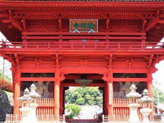 ประตูสีแดงชาดช่างงดงามน่าประใจ
