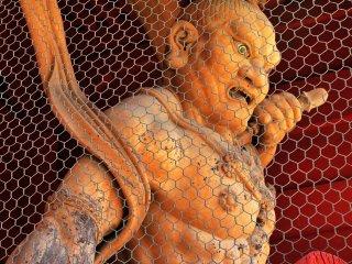 สีหน้าดุร้ายของรูปปั้นอสูรสองรูป ที่เป็นตัวแทนของ A-un  (การเริ่มต้นและจบลงของสรรพสิ่ง)