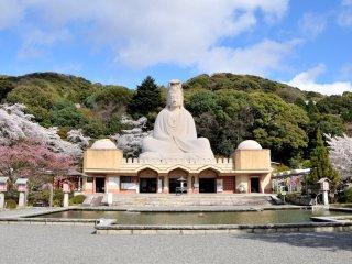 La statue de Kannon de 23,7 mètres de haut sur le sommet du honden, ou bâtiment principal