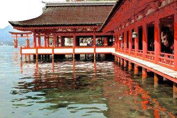 Святилище Ицукусима во время прилива