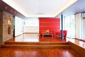 Interiores acolhedores de madeira e tijolo aguardam-no