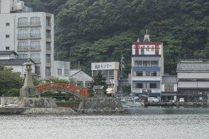 Retour vers le ryokan. Fukuma-kanest très visible avec son tori rouge sur le toit.