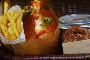Les frites et le sandwich brioché au homard