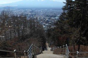 Les nombreuses marches à grimper pour atteindre la pagode Chureito