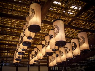 Sanuki lanterns with the actors' crests