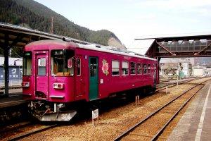 Jalur kereta Nagaragawa di Gujo-Hachiman