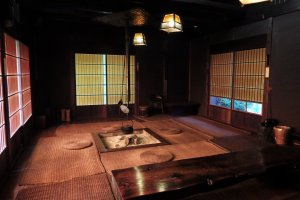 Les visiteurs sont encouragés à se reposer dans cet endroit calme à l'intérieur du bâtiment au toit de chaume