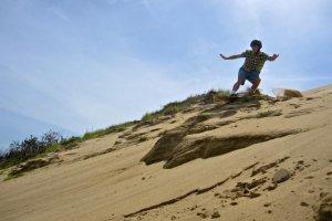 筆者は砂の崖からジャンプします