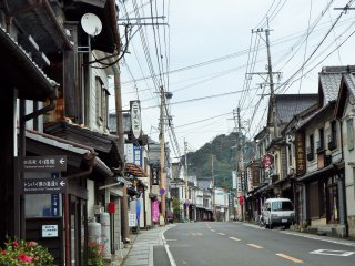 Saredo sits on this main street, which is lined with shops selling Arita pottery.