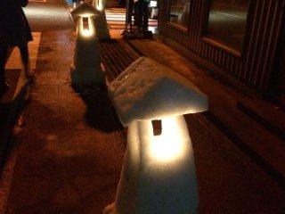 Lanternas de neve iluminam as ruas durante o Festival de Neve da Cidade de Ono. O Festival também inclui um raro fogo de artifício de inverno, bem como uma abundância de deliciosos pratos locais.