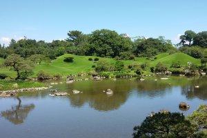 Kolam taman yang berisi ikan koi yang dipercaya membawa keberuntungan. Wajib untuk mencoba kegiatan memberi makan ikan koi di sini!
