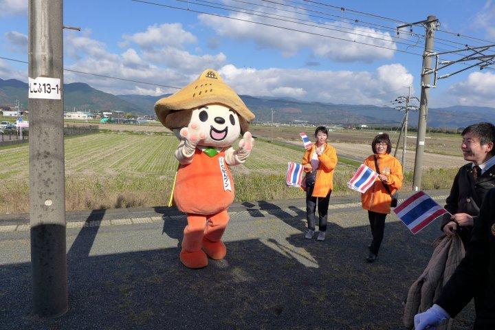 โบกมือทักทายผู้คนบน The Seven Stars in Kyushu