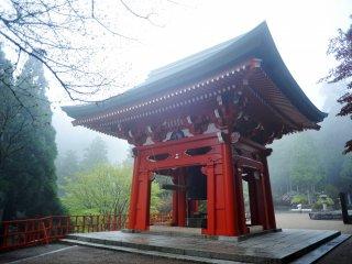 Le pavillon Sho-ro abrite la cloche géante de la paix