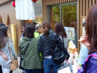 Des passants et des touristes curieux devant le magasin