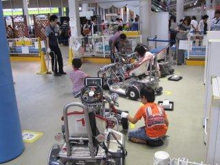 Crianças a 'trabalhar' na secção de mecânica