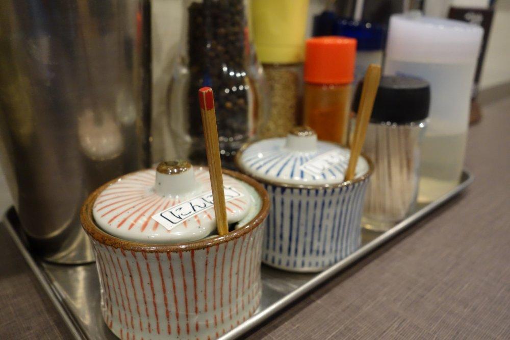 Wadah kecil tempat bawang dan jahe di setiap meja